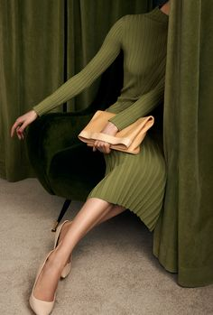 o my that is my color! photography green brown dress with white dots Cooler Stil, Parisian Girl, Mode Editorials, Style Cool, Classic Style, Foto Fashion, Fashion Beauty, Fashion Mask, Fashion 2018