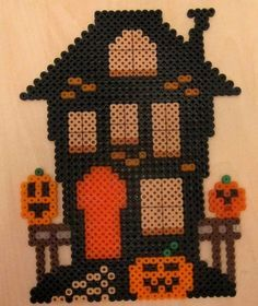 Perler Beads spooky house: Details were added with a Sharpy pen. Melty Bead Patterns, Pearler Bead Patterns, Perler Patterns, Beading Patterns, Kandi Patterns, Hama Beads Design, Diy Perler Beads, Perler Bead Art, Hama Beads Halloween