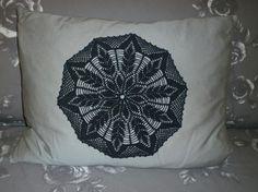Häkeldeckchen in neuer Farbe auf ein Kissen genäht / dyed doily on cushion - reused