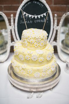 A daisy cake for a pretty yellow barn wedding. Photography by www.daffodilwaves.co.uk