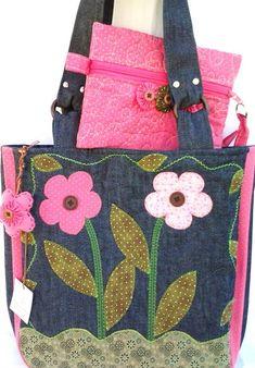 Bolsa  jeans + necessaire Tecidos usados: jeans, tricoline e algodão, forrada com manta acrilica e tecido de algodão, bolsos internos, ziper, apliques bordados nos dois lados da bolsa, quiltada frente e verso e bolso. Bolso com jardim de fuxicos. Ótimo acessório pra o seu dia-a-dia! 1 chaveiro de brinde. (cada bolsa é única por isso pode ter variação nos tons)  FEITA SOB ENCOMENDA - PRAZO PARA CONFECÇÃO DE 15 A 20 DIAS ÚTEIS  (verifique a data disponível quando fizer seu pedido)  PRODUTOS…