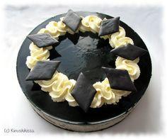 Lakritsin ystävän ei kannata jättää tätä kakkua kokeilematta. Mikäli olet myös salmiakin ystävä, voit lisätä mukaan turkinpippurirouhetta joko lakritsikastikkeen keittovaiheessa tai valmiiseen täytevaahtoon. Omani tein ilman rouhetta, koska pidän pehmeämmästä mausta. Huomaathan, että kastike kannattaa valmistaa jo edellispäivänä tai muutoin varmistua, että se on täysin kylmää ennen vaahdotusta. Mustia koristeita voi tehdä myös lakumatosta ja […]