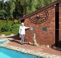 vertical sundial Working media include bronze, stone, enamelled metal plates, stainless steel, painted marine plywood, bronze plaques inlaid with fused enamel, stained glass and mosaic tiles.