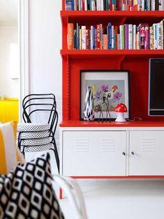 Una composizione fai da te, per libri, quadri, tv: realizzata con Ikea Ps (http://www.ikea.com/it/it/catalog/products/40100192/) delle mensole e tanto colore! Quale scegli? Il rosso, il verde, il viola... ?!? Buon lavoro! @Stellan Herner: Home Interiors Photographer - wave avenue