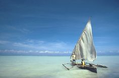 Une pirogue à voile sur l'eau translucide du Kenya, voyageons différemment !