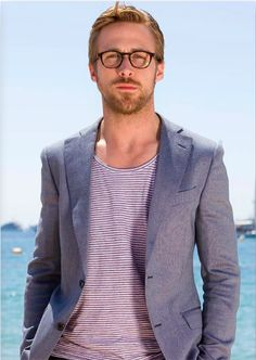 Starlar ve Stilleri: Ryan Gosling-Moda Motto Ryan Gosling Height, Style Ryan Gosling, Ryan Gosling Meme, Ryan Gosling Glasses, Gavin Rossdale, Look Blazer, Casual Blazer, Blazer Shirt, Best Gray Paint Color