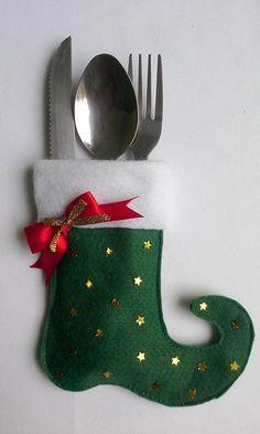 Porta talher e guardanapo em formato de bota, confeccionado em feltro aplicação de estrelinhas douradas e laço decorativo, ideal para enfeitar sua mesa na ceia de Natal. <br>Ótima lembrança para seus convidados levarem para casa. <br>Quantidade mínima 6 unidades. <br>Altura: 14cm / largura da parte superior da bota: 9cm / largura da parte inferior da bota 13,5cm <br>Não acompanha o talher.