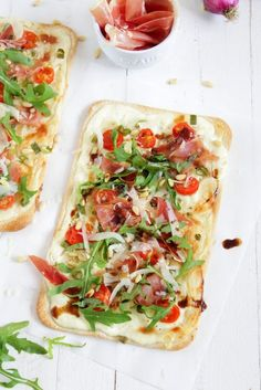 Hello my dears ❤️ Tarte Flambée are as easy as awesome. You can … - pizza Homemade Breakfast Pizza Recipe, Healthy Pizza Recipes, Healthy Breakfast Recipes, Toast Pizza, Snacks Pizza, Mets, Food Inspiration, Food And Drink, Foodies