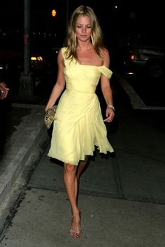 La vida en imágenes de Kate Moss: yellow dress