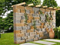 Natursteinmauer bepflanzt Pergola Sonnenschutz Garten