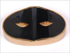 Collectible Elizabeth Arden Mask Compact - For sale on Ruby Lane Ooooh, I've had this in my collection for years! Vintage Purses, Vintage Bags, Vintage Handbags, Vintage Love, Vintage Ladies, Vintage Makeup, Vintage Vanity, Vintage Beauty, Elizabeth Arden Mask