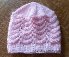Bonjour les tricopines   Voici les explications d'un bonnet taille naissance au point de vagues réversible.  Il est facile à faire pour un t...