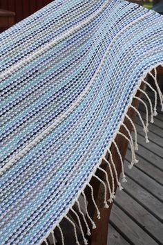 Valkoiset kierreraidat koristavat trikoosta ja t-paidoista leikatuista kuteista kudottua mattoa. T-paitamatto (3289) Mallikerta nro 2/2009. Weaving Textiles, Weaving Art, Hand Weaving, Rug Inspiration, Rag Rugs, Weaving Projects, Tear, Recycled Fabric, Weaving Techniques