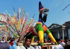 Warak Ngendok diarak dalam karnaval dugderan yang diselenggarakan masyarakat Semarang untuk menyambut bulan puasa.