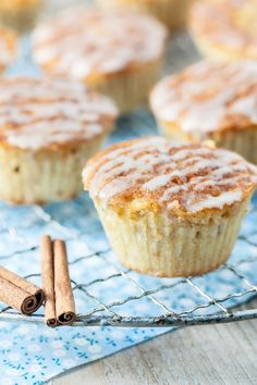 Gâteau aux pommes, beurre salé et glaçage cannelle       3 œufs     100 grs de… Afternoon Snacks, Muffins, Yummy Cakes, Scones, Tea Time, Cupcakes, Eat, Breakfast, Desserts