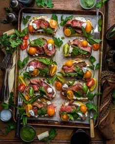 Steak Crostinis Clean Eating Snacks, Healthy Eating, Cooking Recipes, Healthy Recipes, Food Platters, Food Presentation, Food Inspiration, Love Food, Tapas