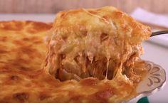 Ingredientes: 3 ou 4 batatas grandes 600g de frango desfiado (aprox. 3 xícaras) 250g de mussarela ralada (aprox. 3 xícaras) Queijo parmesão para finalizar Molho branco: 1 litro de leite 60g de farinha de trigo 60g de manteiga Sal e Noz moscada à...