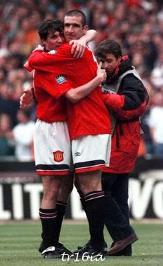 Roy Keane and Eric Cantona Manchester United Legends, Manchester United Players, Retro Football, Football Pictures, Hugs, Roy Keane, Eric Cantona, Premier League Champions, Great Team