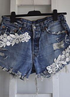 Kup mój przedmiot na #vintedpl http://www.vinted.pl/damska-odziez/szorty-rybaczki/18481679-levis-spodenki-jeans-dzins-m-l-wysoki-stan-high-waist-koronka-aplikacje-dziury-strzepienia-denim-diy