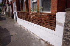 How To Create a Floating Cedar Wood Slat Fence - Step-By-Step Tutorial Modern Wood Fence, Cedar Wood Fence, Brick Fence, Front Yard Fence, Wood Fences, Fencing, Horizontal Slat Fence, Slatted Fence Panels, Wood Slat Wall