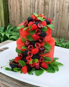 It's a watermelon cake! Not a watermelon flavored cake… a cake made out of w… - Obstkuchen Creative Cakes, Creative Food, Fresh Fruit Cake, Cake Made Of Fruit, Fruit Cakes, Fruit Birthday Cake, Healthy Birthday Cakes, Fruit Creations, Fruit Arrangements