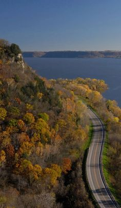Here's why the Great River Road is Fall's ultimate road trip on Roadtrippers Safest Places To Travel, Places To See, Solo Travel, Travel Usa, What A Wonderful World, Wonders Of The World, Tourism, Travel Photography, Scenery