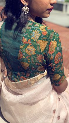 blouse designs latest Imperative design floral art with cultural blouse look Simple Blouse Designs, Stylish Blouse Design, Saree Blouse Patterns, Fancy Blouse Designs, Designer Blouse Patterns, Blouse Neck Designs, Blouse Styles, Latest Blouse Designs, Kalamkari Blouse Designs
