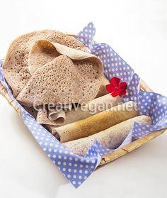 El injera es un pan plano etíope muy esponjoso que se suele hacer con harina de teff. En esta receta podrás aprender a hacerlo con harina de trigo blanca o integral de forma rápida, fácil y barata.