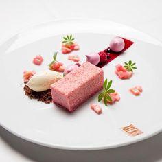 Berlin food mastery - Raspberry mousse with rhubarb ragout / steffensinzinger …. Desserts Français, Fancy Desserts, Plated Desserts, Delicious Desserts, Yummy Food, Weight Watcher Desserts, Gourmet Recipes, Sweet Recipes, Dessert Presentation