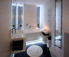 Badezimmer mit Mosaikfliesen an der Wand und Dielenboden