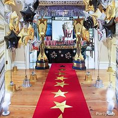 This looks fancy but when you look closer, it's those dollar store gold and silver top hats with balloons tied to them!