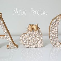 Letrinhas da Anna Carolina!!!  #letradeperolas #letraperolada #quartodebebe #quartodemenina #decoraçãodebebê #maedemenina #babygirl #mamaes #gravidas #enxovaldebebê #enxovaldemenina #perolas #mundoperolado #ehsucesso Tree Crafts, Crafts To Do, Decor Crafts, Barbie Paris, Letter Standee, Mehndi Decor, Alphabet Design, Diy Letters, Flower Girl Basket