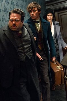 Costumes Harry Potter Kowalski, Newt, and Tina from 'Fantastic Beasts and Where To Find Them' Costume Designer: Colleen Atwood. Fantastic Beasts Fanart, Fantastic Beasts And Where, Colleen Atwood, The Danish Girl, Harry Potter Cosplay, Eddie Redmayne, Harry Potter Universal, Movies Showing, Celebs