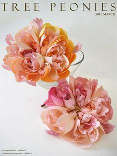 粉牡丹花飾    染色花課程作品之ㄧ  直徑尺寸/約13.5CM  材質/台灣新緞  使用了約100片大小不一的花瓣所組成