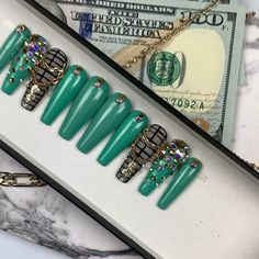 Green Money Necklace Press On Nails with Swarovski Nail and Chains Don't know your sizes? Green Nails, Black Nails, Money Necklace, Best Press On Nails, Chain Messages, Vacation Nails, Blacked Videos, Nail Sizes, Swarovski Nails