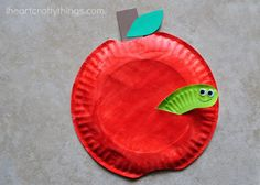 16 cool kid crafts using paper plates. This apple & worm would be perfect for a gardening lesson or Earth Day craft for a nursery school or kindergarten! #Teachers must pin!