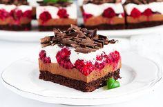 Prajitura cu ciocolata si zmeura, extrem de aromata si delicioasa. Prajitura este formata dintr-un blat delicios cu cacao, crema cu..