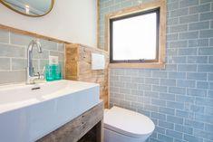 De badkamer van de Ibiza Surf Lodge is er een waar alles in zit wat je nodig hebt. Ideaal dus! #badkamer #glamping #interieur #stoerbuiten Ibiza, Surf Lodge, Glamping, Surfing, Sink, Vanity, Bathroom, Home Decor, Everything
