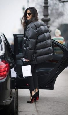 If the asymmetrical puffer coat is a little too extreme for your taste, why not try this jet-black version paired with stirrup pants and killer pumps? - Street Chic Looks Best Street Style, Spring Street Style, Cool Street Fashion, Street Style Looks, Street Chic, Black Puffer Coat, Down Puffer Coat, Barbara Martelo, Stirrup Pants