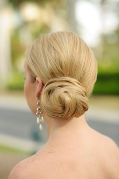 Simple and Elegant Low Bun I Luminaire Foto I See updo ideas here: http://www.weddingwire.com/wedding-photos/hair/ideas-for-updos/i/a7403780c4eb110e-9ba083a04ebdf01d I #bridal #hair