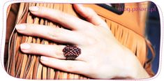 Jak zrobić pierścionek z koralików? Ścieg parzysty peyote – kurs tworzenia biżuterii Beaded Rings, Mauve, Class Ring, Beads, Blog, Jewelry, Beading, Jewlery, Jewerly