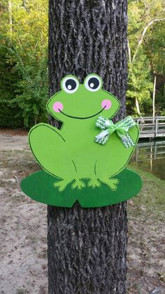 Good Images Frog door hanger Style Your individual door hanger Sure, the classic is obviously the door pendant, by which on the leading Frog Crafts, Diy Crafts, Summer Crafts, Crafts For Kids, Frog Theme Classroom, Frog Art, Wooden Cutouts, Cute Frogs, Wooden Door Hangers