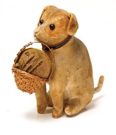 Steiff dog, around 1901, velvet, sitting, shoe button eyes, with pin-cushion, in a wicker basket, beige/white dotted, a bit faded, 9 cm, rare.