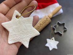 DIY, Je fabrique mes boules de noël !   Le blog de Maman Plume Christmas Ornaments, Holiday Decor, Desserts, Blog, Diy Tent, Ink Pads, Twine, Tailgate Desserts, Deserts