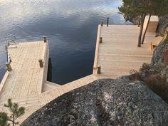 Brygga Stockholm Skärgård Värmdö. Red Mount AB. +46700534688 AB Sjöliv. Lake Dock, Boat Dock, Lake Cottage, Cottage Style, Summer Cabins, Modern Landscape Design, House Deck, Cabins And Cottages, Decks And Porches
