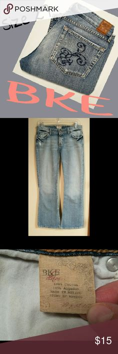 """🎈VETERAN'S WEEKEND SALE 🎈 BKE LIGHT WASH. SZ 29. SUPER CUTE. DIFFERENT STYLE TYPE FLAT POCKETS. MEASUREMENTS ARE AS FOLLOWED. LYING FLAT SIDE TO SIDE. WAIST 15"""" HIPS 19"""" RISE 7.5"""" INSEAM 30.5"""" PLEASE READ THESE BEFORE YOU BUY. THANKS. BKE Jeans"""