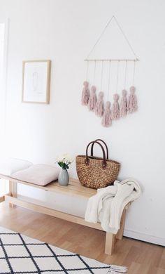Schlichte Holzbank im Flur – und als Wanddeko ein Quasten-Bild / Makramee -- Mehr auf roomido.com #roomido