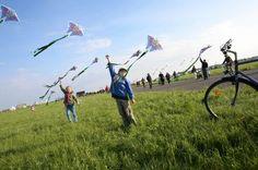 2 Kinder die ihren Drachen steigen lassen
