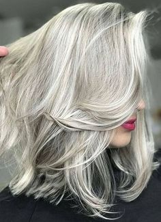 This silver blonde gives you a hint of both the color and makes you rock the style effortlessly. this silver blonde color needs time and maintenance because Hair Color Dark, Blonde Color, Grey Blonde, Spring Hairstyles, Cool Hairstyles, Japanese Hairstyles, Scene Hairstyles, Easy Hairstyle, Silver Blonde Hair