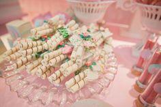 Wafer decorado com tecido para festinhas! (quem resiste?!) #festabdebruna bailarina, bossa-nova, balão, bicicleta, borboleta, babados, bombom, batatinha, balinha, bolinha de sabão...